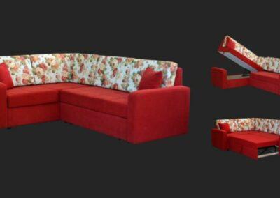 Crvena ugaona garnitura sa belim jastucima na kojima su crveni cvetići