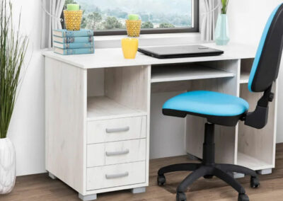 Beli sto za računar sa plavom kancelarijskom foteljom