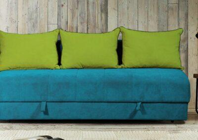 Tamno plavi ležaj sa zelenim jastucima