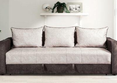 Ležaj sa svetlim jastucima
