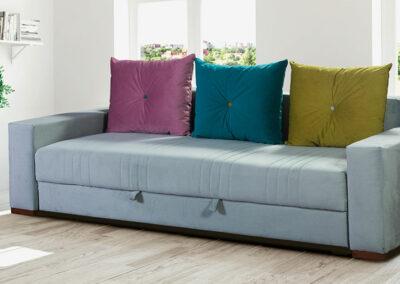 Sivi ležaj, kauč na razvlačenje sa šarenim jastucima