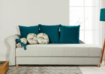 Moderni svetli kauč sa plavim jastucima
