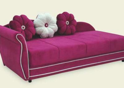 Ležaj tamno roze boje sa jastucima u obliku cvetića