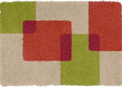 Krem tepih sa kvadratićima crvenkaste i zelene boje