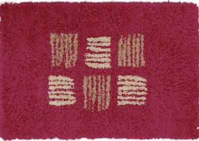 Tepih tamno roze boje sa linijama sivkaste boje koje prave kocke