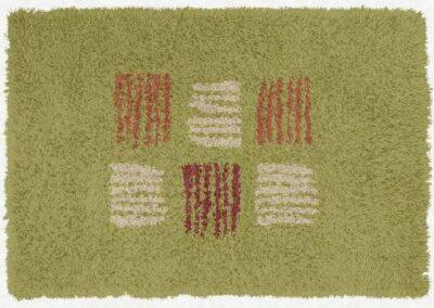 Tepih zelene boje sa linijama krem i narandžaste boje koje prave kocke