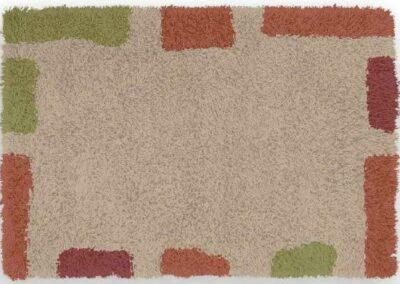 Tepih krem boje sa kvadratima i pravougaonicima po ivicama