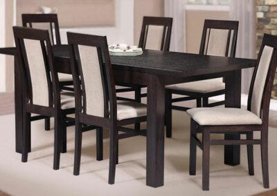 Trpezarija Sata Jovana sa crnim stolicama i stolovima
