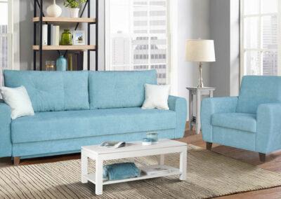 Plava fotelja i dvosed sa belim jastucima