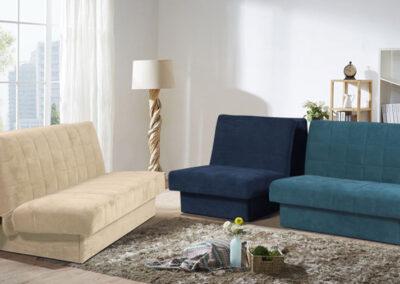 Dva dvoseda jedan plave drugi bele boje sa plavom foteljom